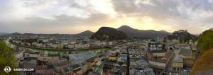 Vista panorámica de la histórica Salzburgo. El teatro Festpielhaus, donde actuará la Compañía Internacional de Shen Yun, es el edificio amarillo a la derecha. (Foto de la encargada de proyecciones Annie Li)