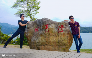 舞蹈演員周緣明(左)和陳陽暮月在台灣最大的一片水域——日月潭。(攝影:舞蹈演員Liang Jun)