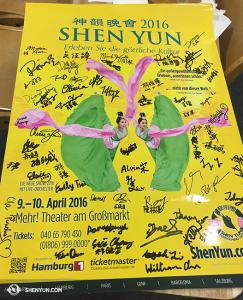 有所有人簽名的2016年海報。(攝影:李安妮)