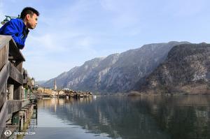Skrzypek Joshua Lin przygląda się jezioru Hallstatt. (fot. Seunghuni)