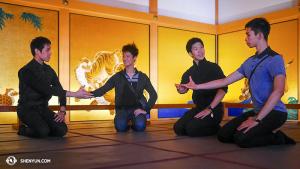 I Nagoya, den första japanska staden på årets turné, hade Shen Yun World Company en ledig dag efter ankomsten. Flera dansare besökte Honmarupalatset, Nagoya-slott. Från vänster Jason Pan, Rubi Zhang, Zack Chan, och Joe Huang. (Foto av dansaren Ben Chen)