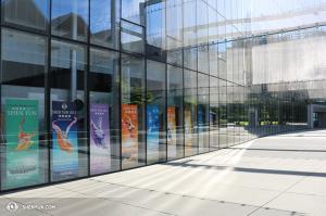 Umělci Shen Yun se rozplývali nad úžasnou kvalitou divadla McCaw Hall a nad výjimečně vřelým publikem v Seattlu. (fotila tanečnice Helen Li)