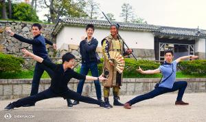 Posering med en samuraj vid Nagoya-slott. Från vänster: Jason Pan, Zack Chan, Rubi Zhang, samuraj Guy, Joe Hang. (Foto av dansaren Ben Chen)