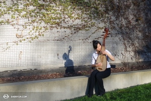 Hráčka na pipu, Miao-Tzu Chi, trénuje při odpoledním sluníčku v Seattlu. (fotila Chi-Chein Weng)