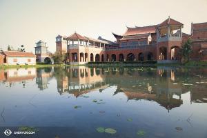 Samtidigt i Asien avslutade Shen Yun World Company sina föreställningar i Taiwan och styrde mot Japan. Denna intressanta byggnad är faktiskt en av de taiwanesiska teatrarna - Chiayi Performing Arts Center. (Foto av dansaren Stephanie Guo)