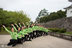 일본 나고야성 앞에서 션윈 세계예술단 무용수들이 포즈를 취했다. 일본에서 션윈 세계예술단 소속 여성무용수들. (photo by dancer Stephanie Guo)