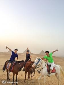 아마 휴가를 간 단원들 중에 이 무용수들이 가장 흥미 진진한 모험을 하고 있는 것 같다. 왼쪽부터 앨빈 쑹, 알렉스 춘, 벤 천. 이집트 기자 피라미드를 시작으로 중동 여행을 시작했다.