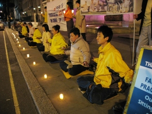 A candlelight vigil in front of the Chinese embassy in London, April 26, 2007. (photo courtesy of Minghui.org)