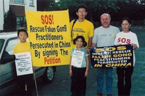 Ben Chen, left, and a few other Londoners who practice Falun Gong get ready to embark on a journey through England to raise awareness of the persecution of their fellow practitioners in China. (photo courtesy of Minghui.org)