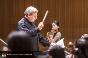 Conductor Milen Nachev and soloist Fiona Zheng rehearse Introduction and Rondo Capriccioso by Camille Saint-Saëns. (photo by TK Kuo)