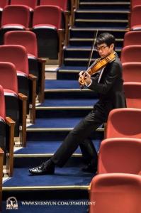 바이올린 연주자 예퉁성이 대만 타오위안 중리아츠홀 공연에 앞서 연습 중이다.