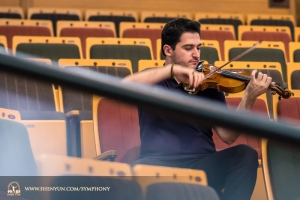 Soloviolinist Stepan Khalatyan övar i auditorium vid Taiwans Yilan Performing Arts Center.
