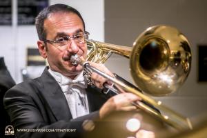 Il trombonista Karen Khachatryan si riscalda prima dello spettacolo presso il Kennedy Center Concert Hall.