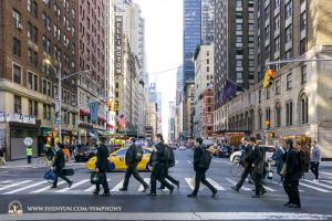 I musicisti della Shen Yun Symphony Orchestra, a New York, scoprono come arrivare al Carnegie Hall.