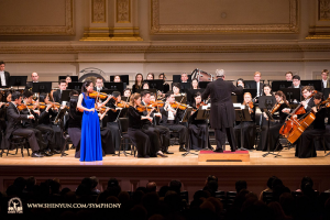 年輕的小提琴家鄭媛慧在卡內基音樂廳演奏聖桑的《引子與迴旋隨想曲》。