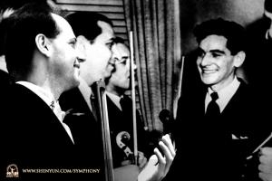 低音提琴家尤拉伊‧庫坎曾面見著名音樂大師雷納德‧伯恩斯坦。