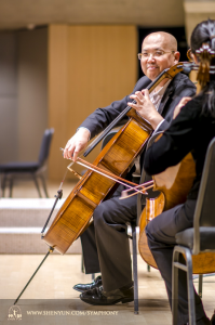 大提琴家鄧勇在多倫多演出的舞台上練習。