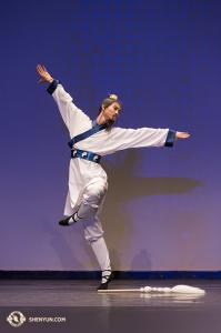 Alvin Song ze Shen Yun coby třetí výherce prvního místa v mužské kategorii dospělých.