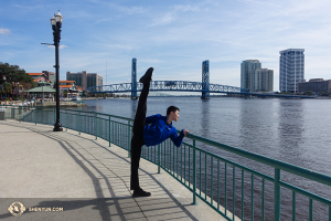 Dansare Daren Chou stretchar medan han överblickar St. Johns River, strax utanför Jacksonville, vid Floridas Times-Union Center for the Performing Arts. (Foto av dansaren Louis Liu)
