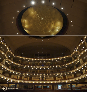 Et enfin, à Miami en Floride, où la Shen Yun International Company s'est produite, Hiro Kobayashi a pu photographier avant de reprendre la route pour New York, le remarquable hall du Adrienne Arsht Center for the Performing Arts.
