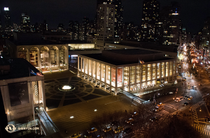 Prise de vue nocturne du Lincoln Center. (Photo d'Annie Li)