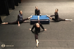 Rozciąganie kontynuowane jest w teatrze. Tancerze Shen Yun International Company w Buell Theatre in Denver, Kolorado. Na zdjęciu tancerki (zgodnie z ruchem wskazówek zegara, od lewej): Jessica Si, Hannah Rao, Yuting Huang i Connie Kuang . (fot. kinooperatorka Annie Li)