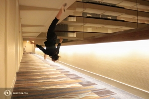 Po długiej podróży autobusem do Milwaukee w Wisconsin, Bella Fan z Shen Yun Touring Company rozpromieniła się widząc długi korytarz hotelowy. (fot. tancerka Helen Li)
