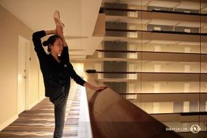 Stretcha på kvällen på hotellet, som Bella Fan gör här, är en central del av en dansares turnéliv. Om du råkar se oss på ditt hotell säg hej till oss! (Foto av Helen Li)
