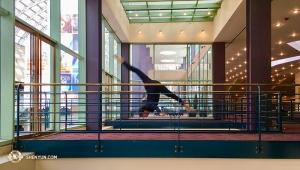 Między występami, próby, podróż i sporadyczne przerwy na wypoczynek, wolnego czasu nie ma za wiele. Jednak tancerze, gdy tylko znajdują wolną chwilę, zabierająsięza ćwiczenie swojego rzemiosła. Główna tancerka Olivia Chang w Buell Theatre w Denver. (fot. Annie Li)