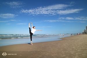 オーストラリアの美しいゴールドコーストで、砂浜でのひとときを楽しむ神韻ニューヨーク芸術団プリンシパル・ダンサーのエバンジェリン・ジュー。