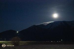 在美國,州際長途旅行往往是夜以繼日。這是在休息站時拍攝的洛基山脈高處的一輪寒月。(攝影:Darrell Wang)