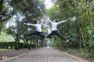ハイタッチをしてコロンビアでの休日を楽しむダンサーのセシ・ワン(左)とヘレン・リー(撮影:ダンサー、ダイアナ・タン)