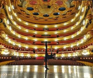 こちらもスペイン語圏。バルセロナの壮麗なリセウ大劇場の舞台に立つ神韻世界芸術団ダンサー、ジョー・ホワン(撮影:ダンサー、スズキ・ルイ)