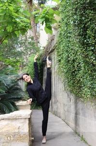 První sólistka North America Company, Emily Pan, zachycena při rozcvičce. (fotila tanečnice Kaidi Wu)