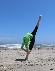 Dancer Yuqin Xin enjoys an afternoon off on the beach in Texas. (Photo by Kaidi Wu)