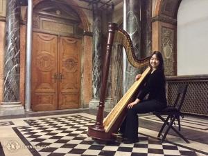 Harpisten Shirley Guo vid Burgteatern i Wien.