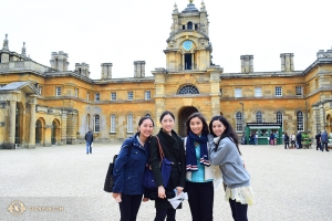 Zleva: Cindy Chi, Ashley Wei, Cherie Zhou a Diana Teng u paláce Blenheim.
