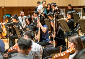 The next day, at Daegu Concert House, musicians, including pipa and erhu players in the center, warmed up before a rehearsal.  (Photo by TK Kuo)