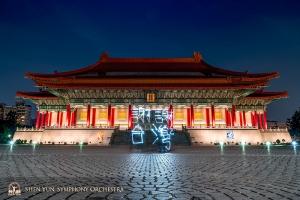 """""""Xiè Xiè Tái Wān – Děkujeme, Tchaj-wane!"""" naše malování světlem coby poklona úžasnému tchajwanskému publiku. Uvidíme se příští rok!"""" (Národní koncertní sál, Tchaj-pej)"""