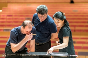 Kontrabasisté Juraj Kukan, Wei Liu a Hui-Ching Chen si procházejí noty v tchajwanském Pingtungu.