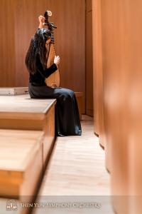 Grająca na pipie Miao-Tzu Chiu stroi swój, przypominający kształtem gruszkę, instrument.