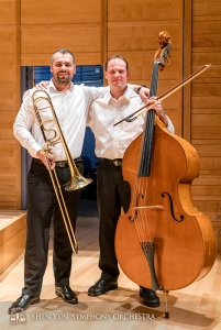 Les premiers musiciens et amis Alexander Moraru (L) et Juraj Kukan posent pour une photo.