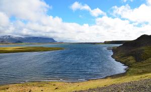 路上を移動していて遭遇した目を見張る湖。強風を避けながらの撮影(水の波状から風がお分かりいただけると思う)。