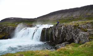 Spot Tiffany di salah satu dari ribuan air terjun di Islandia.
