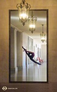 האם זו תמונתה של רקדנית השן יון על קיר בית האופרה בסן פרנציסקו? למעשה זו השתקפותה של הרקדנית הראשית אלסיה שי, עושה את דרכה בלובי! (צולם על ידי הרקדנית הראשית קה-שין לי)