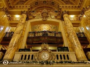 השעון בתיאטרון וואנג במרכז בוש מציין שהגיע זמן ההופעה. (צולם על ידי ג'ו הואנג)