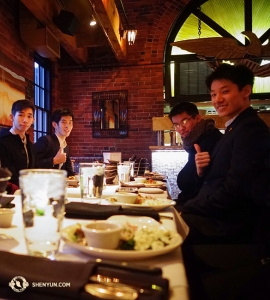 בינתיים, להקת שן יון העולמית מבקרת בבוסטון. בין ההופעות, הרקדנים ג'ו הואנג, רוי סוזוקי, צ'ד צ'ן ורובי צ'ו (משמאל לימין) נהנים מארוחה ערבה לחך בליל השנה החדשה במסעדת Chart House. (צולם על ידי לאו לי)