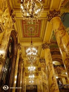 תיאטרון וואנג במרכז בוש הוא מבנה גדול והיסטורי שהוקם ב-1925. (צולם על ידי ג'ו הואנג)