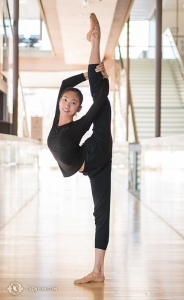 Michelle Lian, med perfekt raka ben, stretchar i hallen på Four Seasons Center. Michelle är en solistdansare i Shen Yun New York Company.