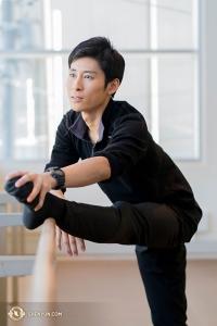 Jay Huang se rozcvičuje v jednom z cvičebních sálů divadla.